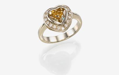 טבעת אירוסין של המעצבת רונית זילברשטיין 16,200 שקל (צילום: אלכס קורצ'נקו) (צילום: אלכס קורצ'נקו)
