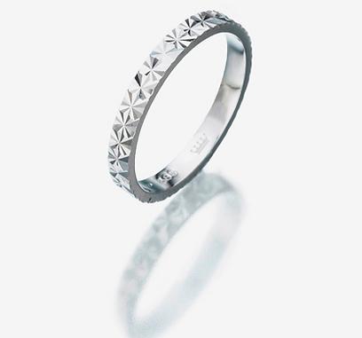 רויאלטי. טבעת נישואין זהב בחיתוך דמוי יהלום. 400 שקל (צילום: מנחם רייס) (צילום: מנחם רייס)