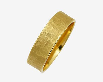 תכשיטי מילר. טבעת נישואין בזהב מאט מרוקע. 1,032 (צילום: שרית בני) (צילום: שרית בני)