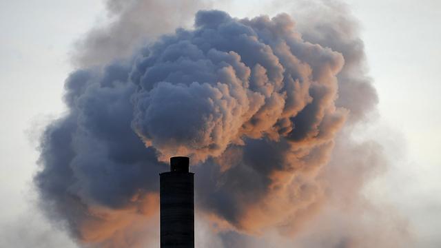 פליטת גזי חממה. בריא זה בטוח לא (צילום: AFP)