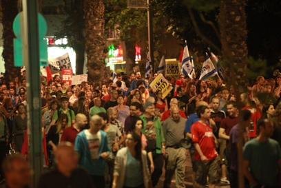 מפגינים בכיכר הבימה (צילום: מוטי קמחי) (צילום: מוטי קמחי)
