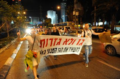 המפגינים עברו מביתו של השר שלום לכבישים  (צילו: בני דויטש) (צילו: בני דויטש)