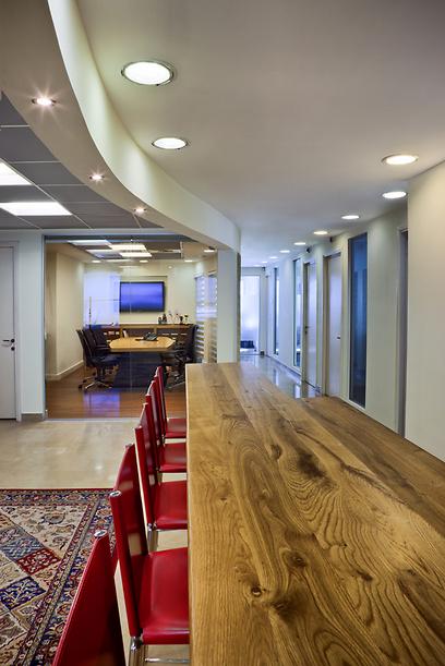 עיצוב משרדים ודלפק אירוח ביתיים במקום קבלה (צילום: קטיה לין) (צילום: קטיה לין)