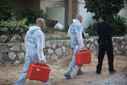 מחוץ לדירה שבה רצח הבעל את אשתו בבת-ים (צילום: מוטי קמחי)