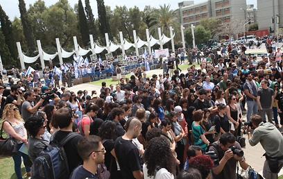 מפגינים באוניברסיטה, משמאל ומימין (צילום: מוטי קמחי) (צילום: מוטי קמחי)