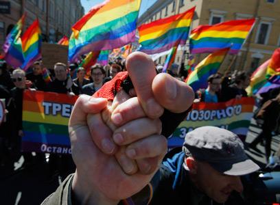 פעילים למען זכויות גאים מפגינים במוסקבה (צילום: AP) (צילום: AP)