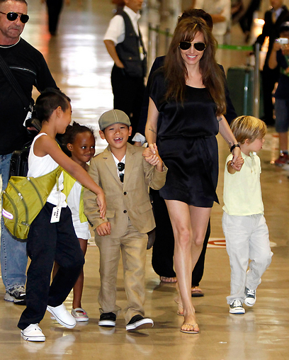 למענם. ג'ולי עם ארבעה מילדיה: מדוקס, זהרה, פקס ושיילו (צילום: רויטרס) (צילום: רויטרס)