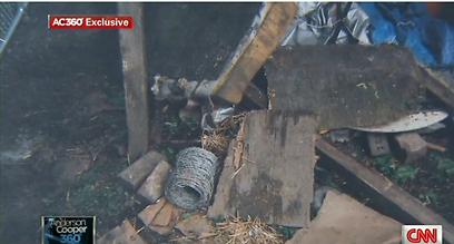 גדר תיל, בחצר הבית (צילום: מתוך CNN)