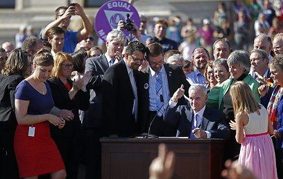 המושל דייטן חותם על החוק לקול צהלות האלפים (AP) (AP)
