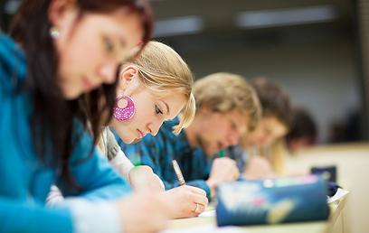 תלמידים בבחינה (צילום: Shutterstock)