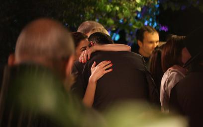 חיבוקים ונשיקות. החתן והכלה (צילום: מוטי לבטון) (צילום: מוטי לבטון)