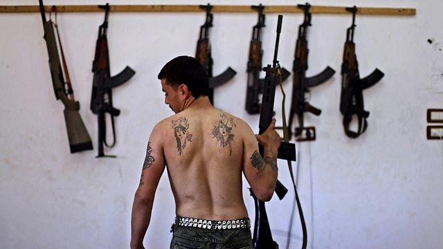 זקוקים נואשות לנשק. מורד סורי בעיר חלב (צילום: AP ) (צילום: AP )