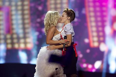 קריסטה סיגפרידס מפינלנד ונשיקה לוהטת על הבמה (צילום: Gettyimages) (צילום: Gettyimages)
