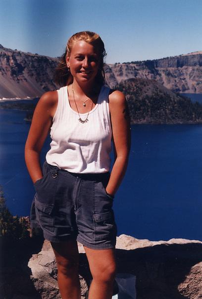 שריל סטרייד במהלך המסע בו כתבה את WILD. הטבע מתגלה סביבך ()