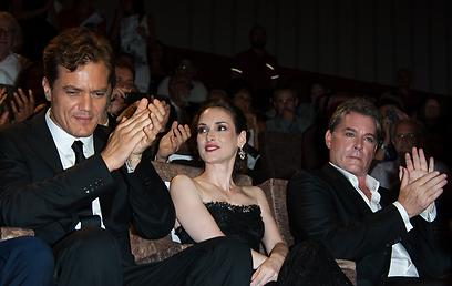 """מייקל שאנון (משמאל) עם ריי ליוטה ו-ווינונה ריידר בהקרנת """"אייסמן"""" (צילום: MCT) (צילום: MCT)"""