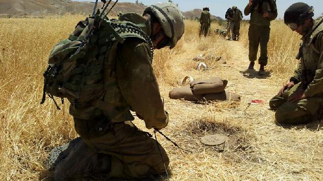פינוי מוקשים בגבול ירדן (ארכיון) (צילום: יואב זיתון)