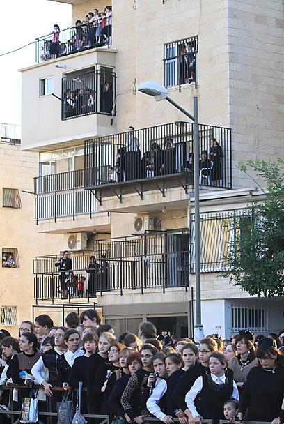 על כל מרפסת, על הגגות והגדרות: ההמונים מתקבצים לקראת החופה (צילום: גיל יוחנן) (צילום: גיל יוחנן)