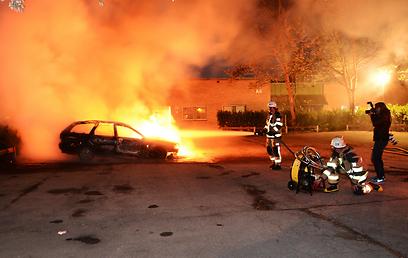 """מכבי אש בפרבר קיסטה. """"יצרנו גטאות בפרברים"""" (צילום: AP) (צילום: AP)"""