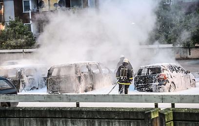 צוותי כיבוי בהוסבי. השמאל מאשים את מדיניות הממשלה (צילום: AFP) (צילום: AFP)