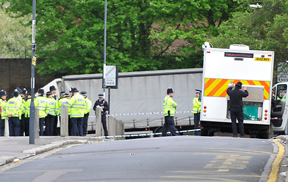 כוחות הביטחון בבירת בריטניה. מצ'טה וסכין קצבים (צילום: EPA) (צילום: EPA)