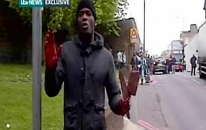 שני המוסלמים רצחו את החייל והתרברבו בפני המצלמה. הפיגוע בלונדון (צילום: רויטרס)