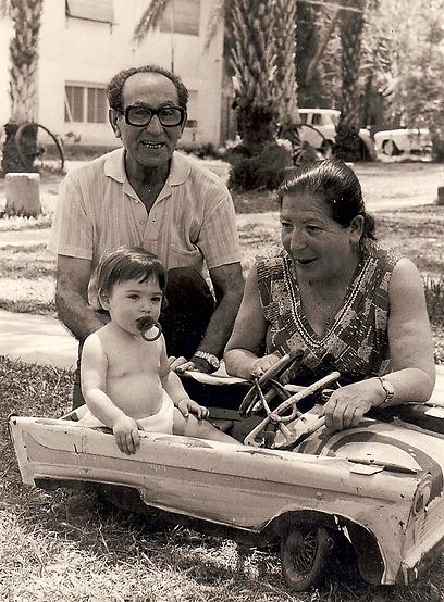 """מיה טבת דיין עם סבא וסבתא. """"חרטו את עצמם ואותי בסיפור הקיבוץ"""" (צילום: מיה טבת דיין) (צילום: מיה טבת דיין)"""