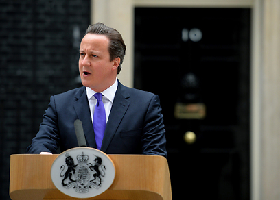 """""""הפיגוע - בגידה בבריטניה ובאיסלאם"""". קמרון מחוץ למעונו ברחוב דאונינג 10 בלונדון (צילום: AFP) (צילום: AFP)"""