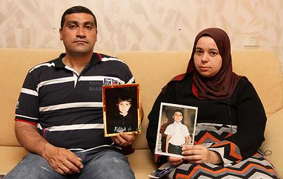 """האב והאם, מוחמד ולילה. """"אמרו שאני עדיין חשוד ברצח"""" (צילום: עידו ארז) (צילום: עידו ארז)"""
