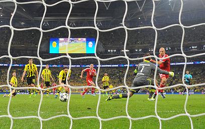 הכדור ברשת. באיירן אלופת אירופה (צילום: AFP) (צילום: AFP)