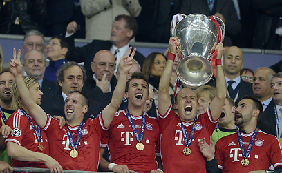 רובן חוגג עם גביע הצ'מפיונס (צילום: AFP) (צילום: AFP)