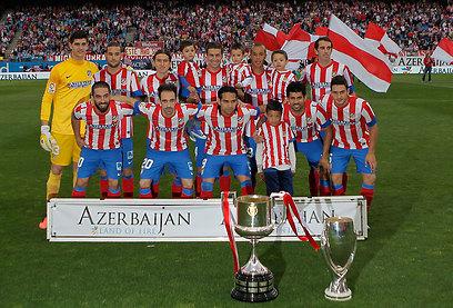 אתלטיקו מדריד מציגה את השלל - גביע המלך והסופר קאפ (צילום: AP) (צילום: AP)