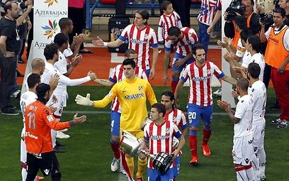אוואט ומאיורקה מקבלים את פני אתלטיקו עם גביע המלך (צילום: AP) (צילום: AP)