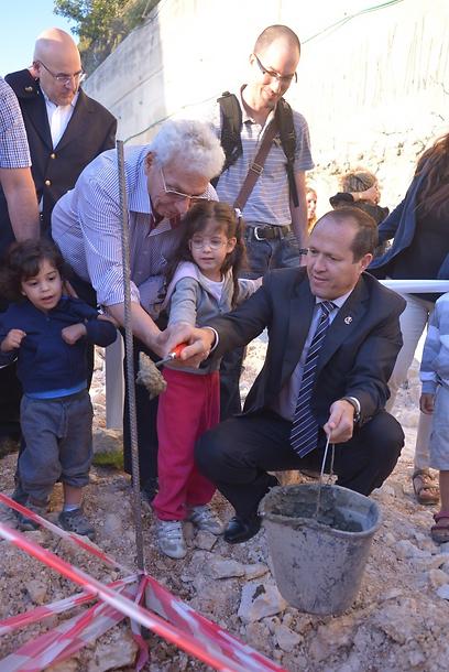 ראש עיריית ירושלים, ניר ברקת, עם היזם מוטי אביב וילדים שיגורו בפרויקט (צילום: אורן חסידים) (צילום: אורן חסידים)