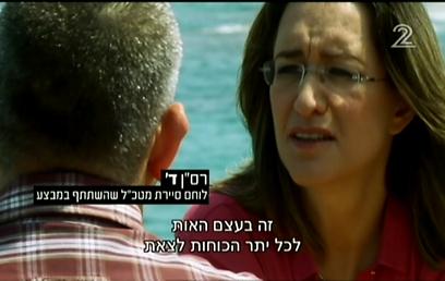 בחולצה אדומה, על רקע הים הכחול: הרמוניה ויזואלית מושלמת (צילום: ערוץ 2)