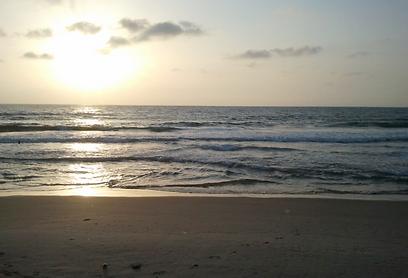 """בקרוב ייבנו שם קוטג'ים? חוף הצוק בת""""א (צילום: דב גרינבלט)"""
