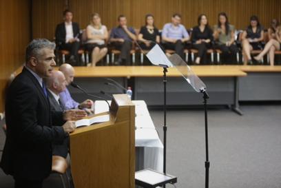 לפיד מציג את הסכם השוויון בנטל, הבוקר (צילום: אוהד צויגנברג)