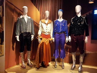 להקה נוצצת. הבגדים שאיתם זכתה אבבא באירוויזיון 1974 (צילום: זיו ריינשטיין) (צילום: זיו ריינשטיין)