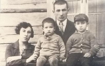 משפחת פרסקי הצעירה (שמעון מימין). גרו בבית מעץ (צילום: בתיה דורי) (צילום: בתיה דורי)