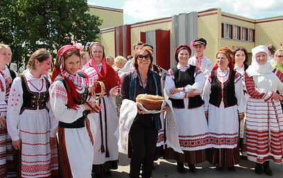 פרופ' ולדן עם בנות הכפר (צילום: בתיה דורי) (צילום: בתיה דורי)