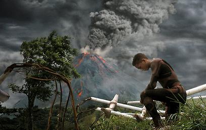 ג'יידן סמית' על רקע הר הגעש של ל. רון הבארד? ()