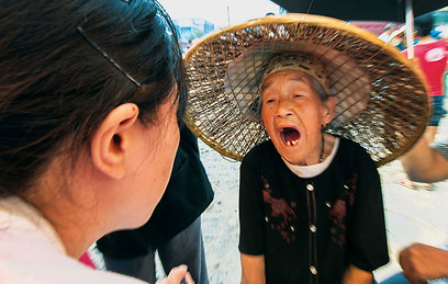"""קשישה מקומית בת 83 מאובחנת על ידי ד""""ר שאנג גופאנג (קריסטל) ביום """"המעשים הטובים"""" של צוות בית החולים לרפואה סינית בז'ואנפנג  (צילום: רוני סופר) (צילום: באדיבות טבע הדברים) (צילום: באדיבות טבע הדברים)"""