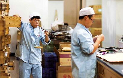 הכנת מרשם מסורתי בבית מרקחת בבייג'ין (צילום: רוני סופר) (צילום: באדיבות טבע הדברים) (צילום: באדיבות טבע הדברים)