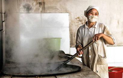פועלת במפעל התרופות לונגיוואן שבעיר חחוי-חווא בעמדת מיצוי צמחי המרפא  (צילום: רוני סופר) (צילום: באדיבות טבע הדברים) (צילום: באדיבות טבע הדברים)