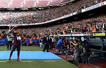 """ניימאר נרגש בקבלת הפנים. """"יותר ממה שציפיתי"""" (צילום: AFP) (צילום: AFP)"""
