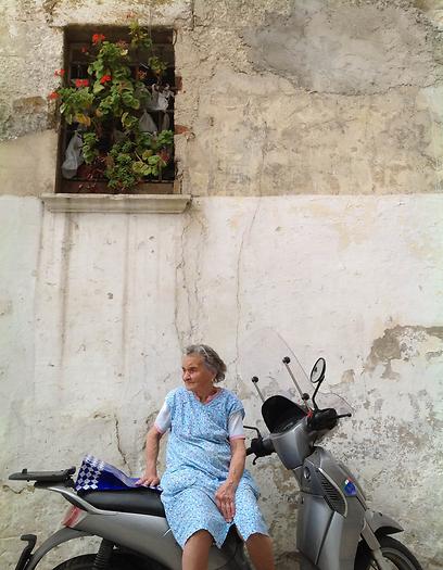 אשה מבוגרת על אופנוע בבארי (צילום:  אליאור לוי) (צילום:  אליאור לוי)