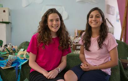התלמידות מיכל כהן ובר הס. 70% מנבחני ההיידיש הן בנות (צילום: אוהד צויגנברג) (צילום: אוהד צויגנברג)