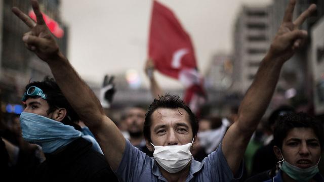 חוששים מהשלטון האוטוריטרי של ראש הממשלה. מפגינים באיסטנבול נגד ארדואן (צילום: AFP) (צילום: AFP)