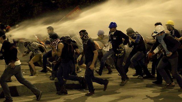 אלימות נגד מפגינים בקיץ האחרון (צילום: EPA) (צילום: EPA)