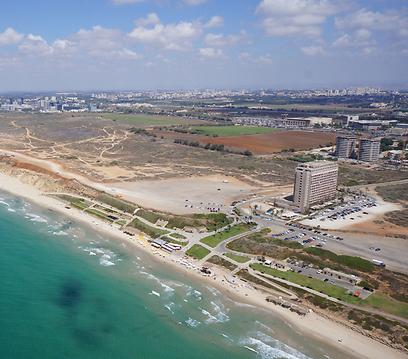 חוף הים בהרצליה פיתוח. מגרש אחר באותו אזור ללא נוף לים יימכר ברבע מחיר (צילום: אייזנברג גרופ)