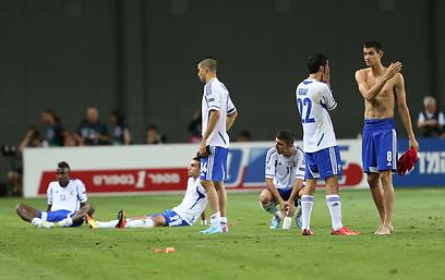שחקני הנבחרת מאוכזבים בסיום המשחק (צילום: אורן אהרוני) (צילום: אורן אהרוני)